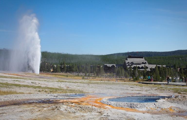 yellowstone geyser erupt hot spring geothermal old faithful inn blue sky